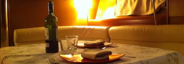 Disfruta de un momento romántico cenando a bordo de nuestros barcos en Barcelona