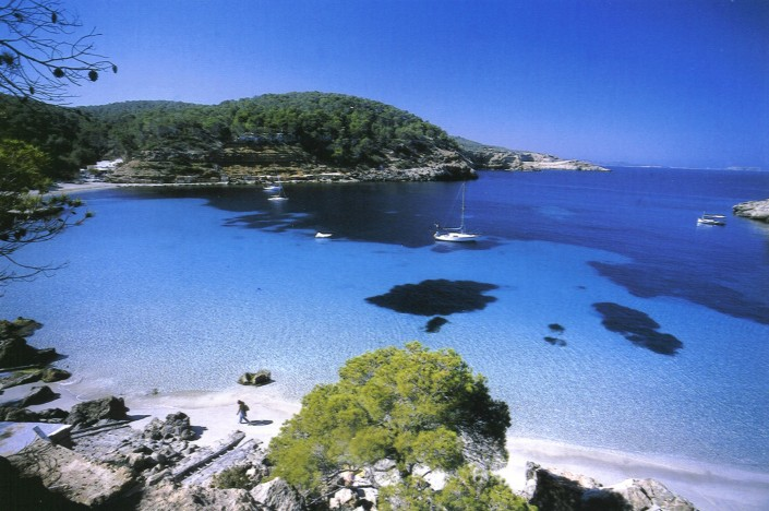 Alquila un velero en Barcelona y navega a Ibiza ... Está ahí mismo