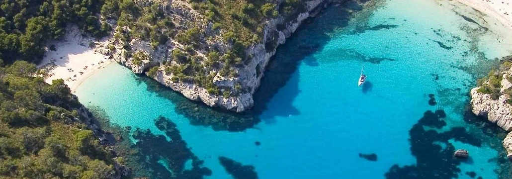 Alquila un velero y navega a Menorca, un paraíso cerca de Barcelona