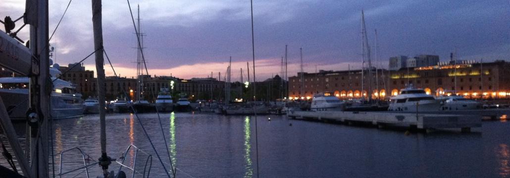 Si estás en Barcelona disfruta de un paseo en velero y de la puesta de sol poniéndose por detrás de la ciudad